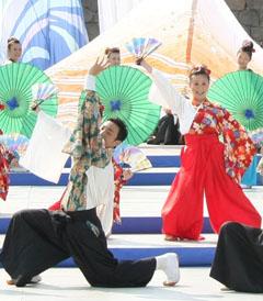 スタイリッシュな袴と色彩豊かな衣装で華やかに