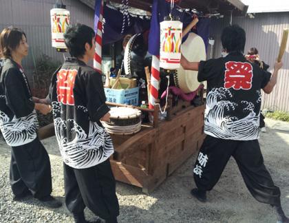 太鼓衣装の制作事例は、裾しぼりパンツの味浜太鼓保存会さんです。裾は、足袋に入れて着ても良いです。