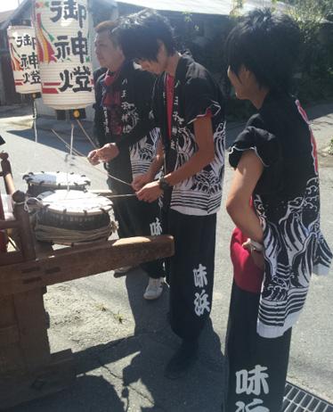 太鼓衣装の制作事例は、裾しぼりパンツの味浜太鼓保存会さんです。地域のモノトーンの「ハッピ」と、「裾しぼりパンツ」のコーディネートがぴったりです。