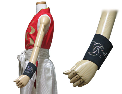 太鼓衣装の制作事例は、着物型シャツの和太鼓 笑美さんです。「手甲」は、片手のみ『三日月』モチーフのデザインをラインストーン加工しました。