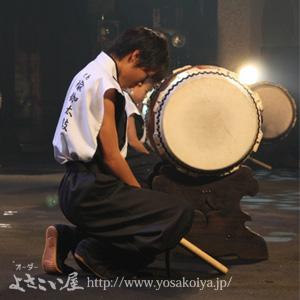 白黒で統一した太鼓衣装。