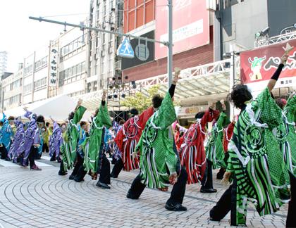 よさこい衣装の長半天制作事例は明新森組さんです。演舞の写真です。