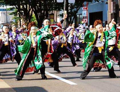 よさこい衣装の長半天制作事例は明新森組さんです。パレードでの演舞の様子。