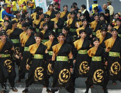 <総勢55人の踊り子さんが並ぶと圧巻の迫力ですね。>