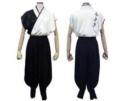 太鼓衣装の制作事例は、袖なし半天のおとぎさんです。男性は、黒色のジャガート生地を取り入れた「袖なし半天」と「裾しぼりパンツ+脚半付き」でコーディネートしました。