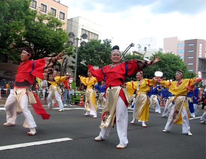 よさこい屋で制作した近江湖彩天舞のよさこい・太鼓衣装で演舞。