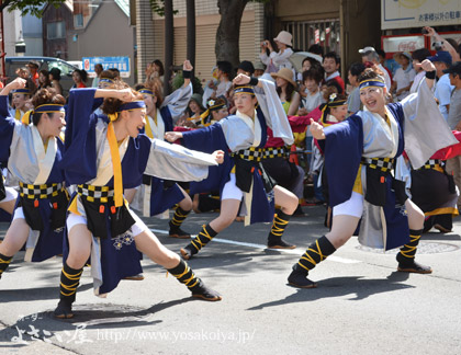 <男踊りは、「ホットパンツ」+「脚絆」で元気いっぱいに。>