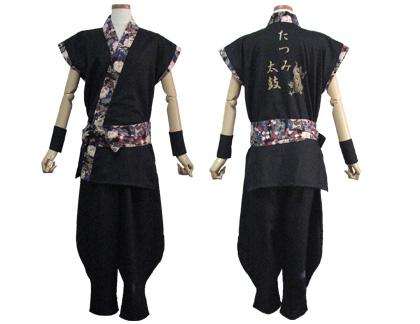太鼓衣装の制作事例は、袖なし半天のたつみ太鼓さんです。「袖なし半天」の背中には、 チーム名の『たつみ太鼓』と『龍』を かっこよく金でプリントしました。