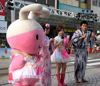 テレビ生中継に出演中のイヤイヤちゃんと、新田泉ちゃんが出演しているところです。