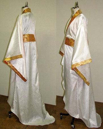そしてこちらが新たにおつくりした衣装。 トレーン(引き裾)のラインにこだわった、豪華な衣装です。