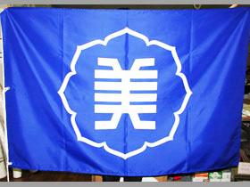 校章を大きく配した1m×1.5mの旗