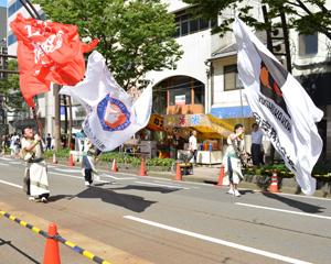 それぞれの企業ロゴをプリントした2.5m×3.5mの大旗。3枚制作しました。