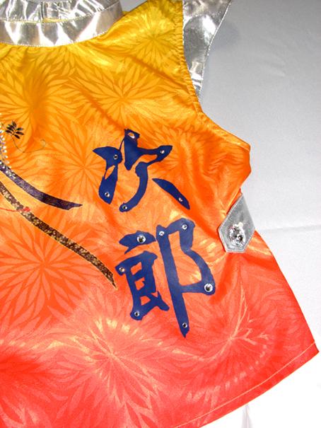 おさるの次郎クンの舞台衣装 「次郎」のプリントに、大小の「スワロフスキー」をちりばめました。