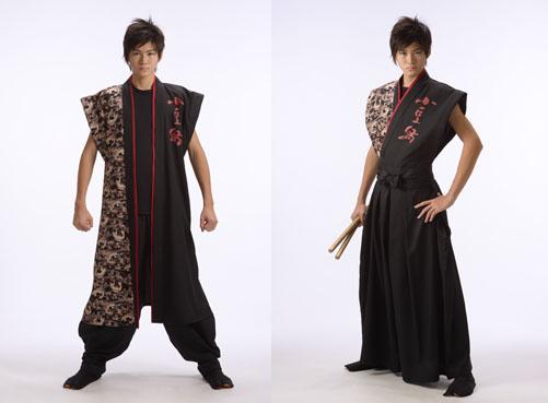 男性モデル着用半天:「そでなし半天ロングタイプ(帯あり) 和太鼓集団 島太鼓 橄欖(香川県)さま