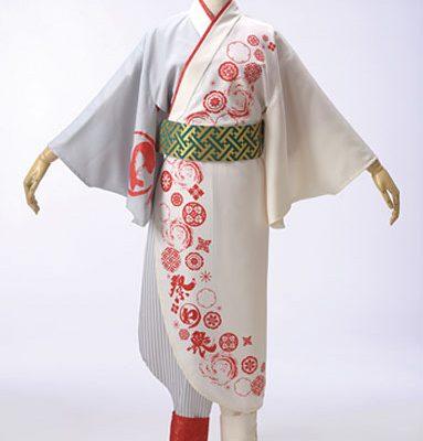 女性は早脱ぎがきれいな早替え半天を、男性は紋付羽織衣装を作りました。
